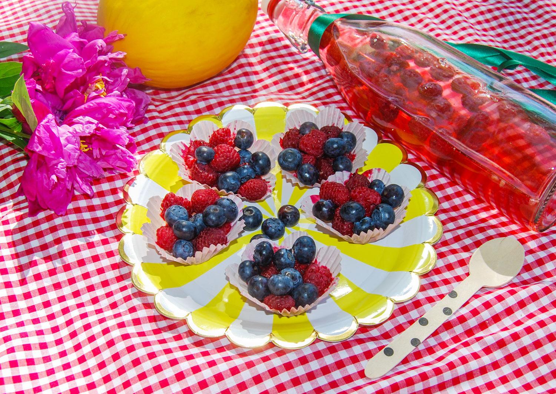 Picknick tips servera bär i muffinsformar