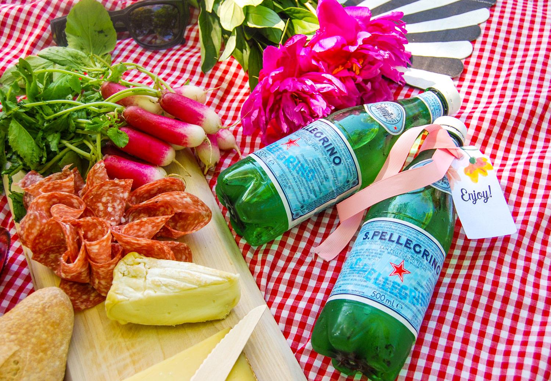 frysta vattenflaskor kyler ner maten på picknick