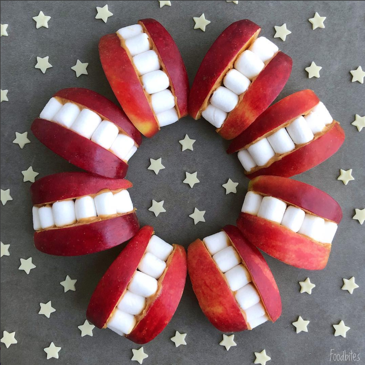 Foodbites äpplebitar och marsmallows ihopsatta som munnar med tänder