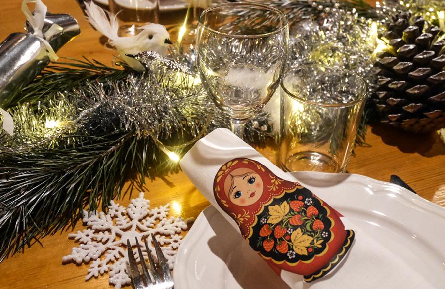 ryssfest dukning med servettringar med ryska dockor