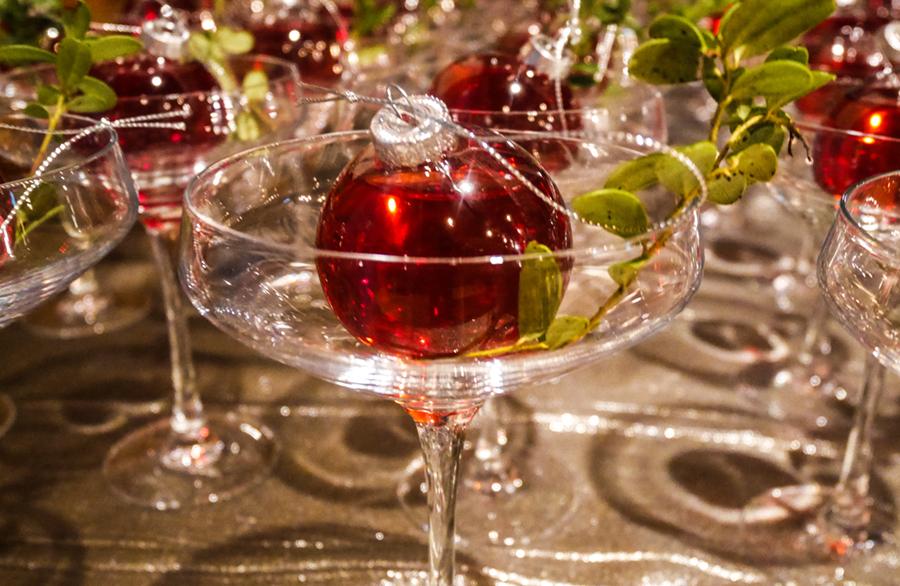 ryssfest cocktail serverad i julgranskulor