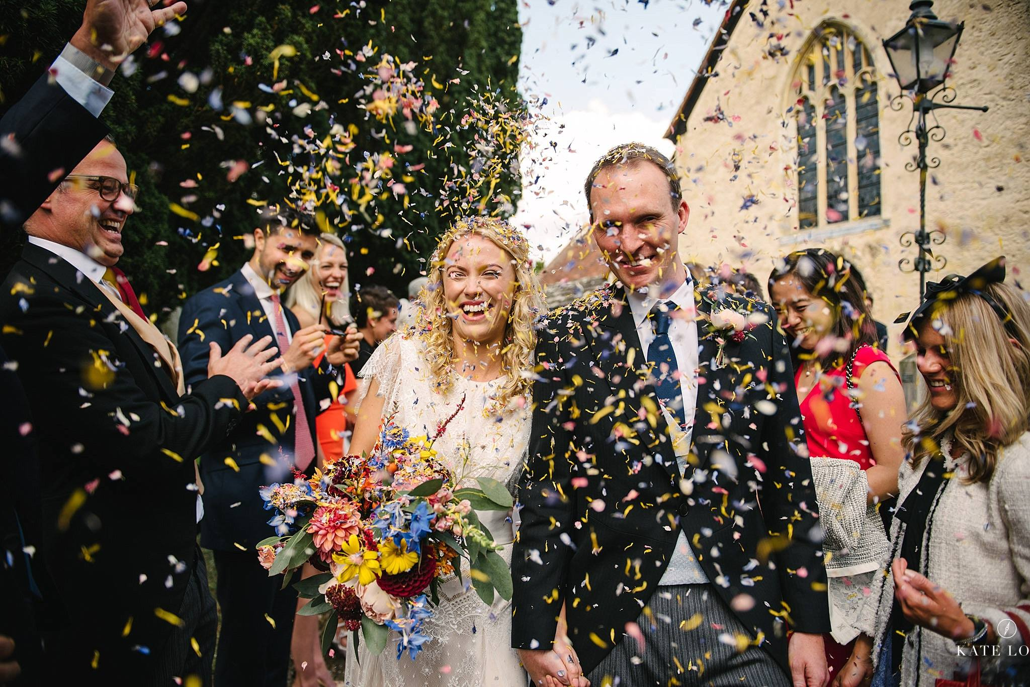 konfettiregn på engelskt bröllop i Surrey