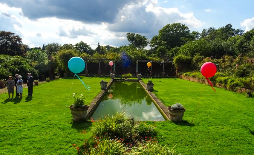jätteballonger som bröllopsdekoration på engelskt bröllop i Surrey