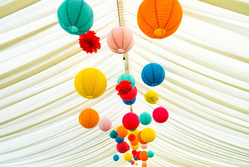 dekorationer av risbollar bröllopstältets tak på engelskt bröllop i Surrey