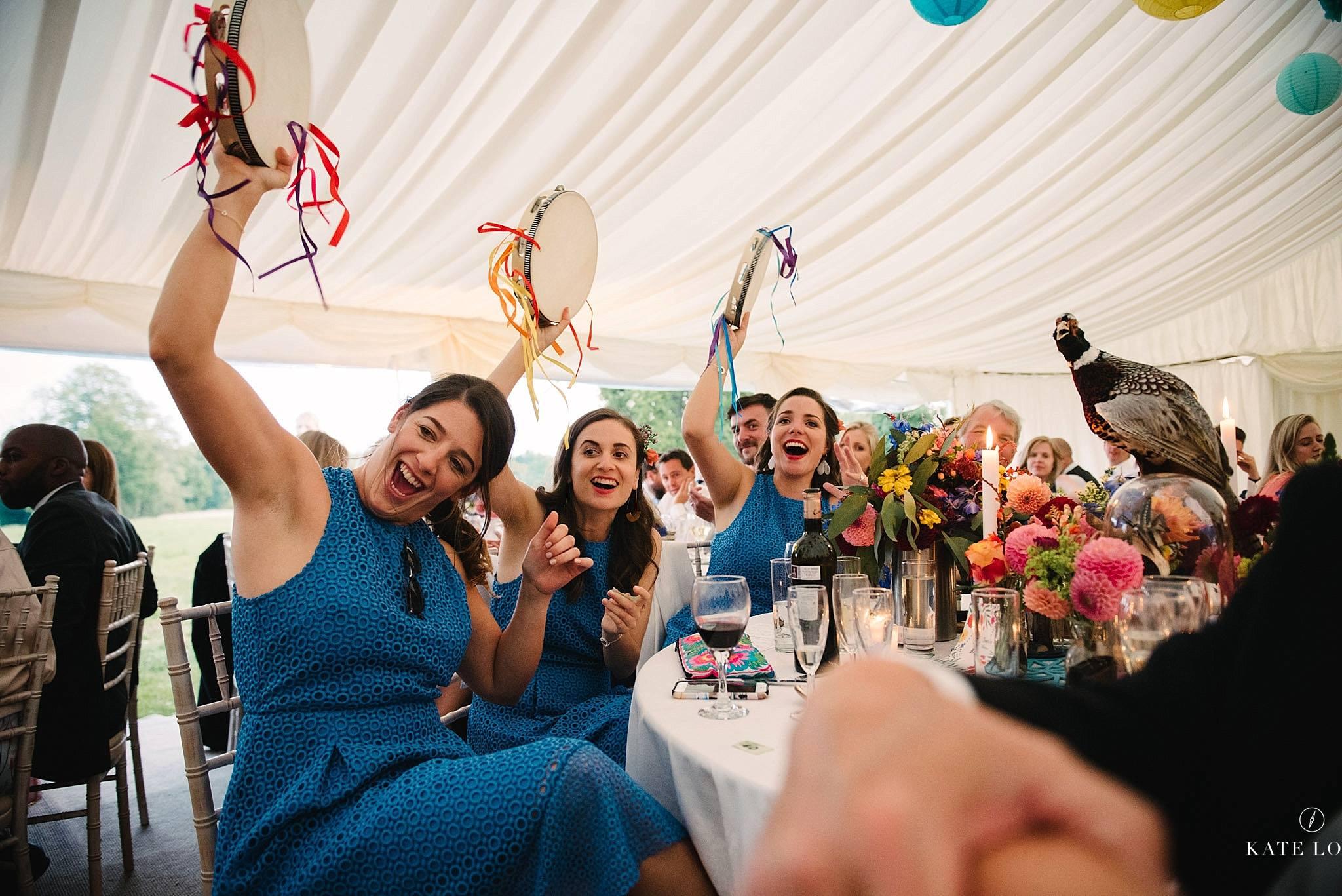 färgglada tamburiner under bröllopsmiddagen på engelskt bröllop i Surrey
