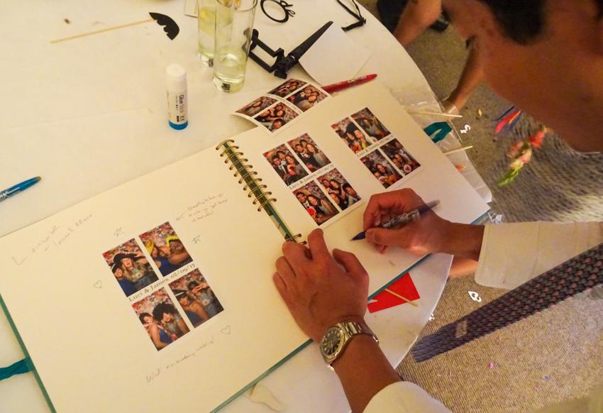 photo booth och gästbok på engelskt bröllop i Surrey