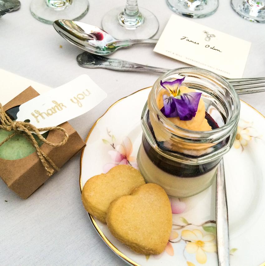 efterrätt med färska blommor som dekoration på engelskt bröllop