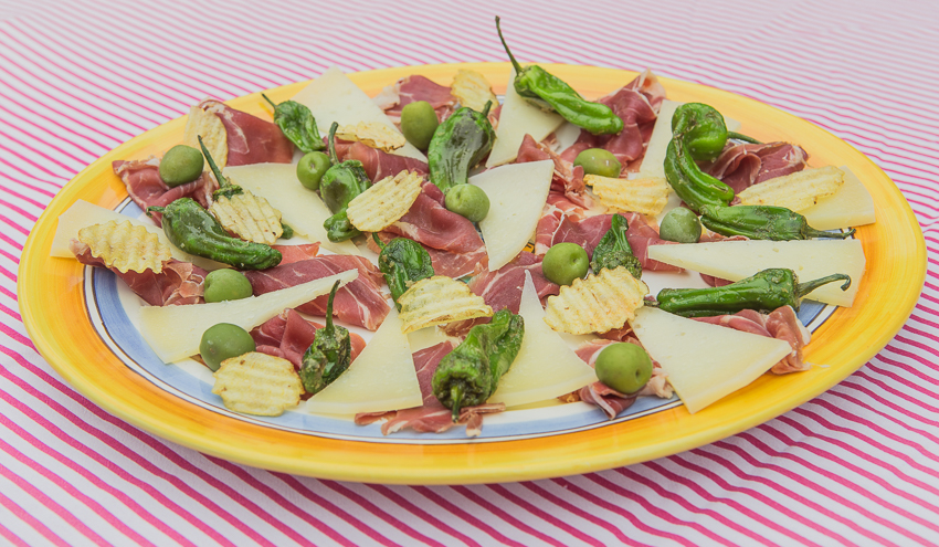 Spansk snacksbricka Serranoskinka Manchego ost Piementos de Padrón spanska gröna oliver Chips