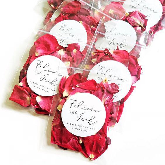 kasta rosblad på bröllop