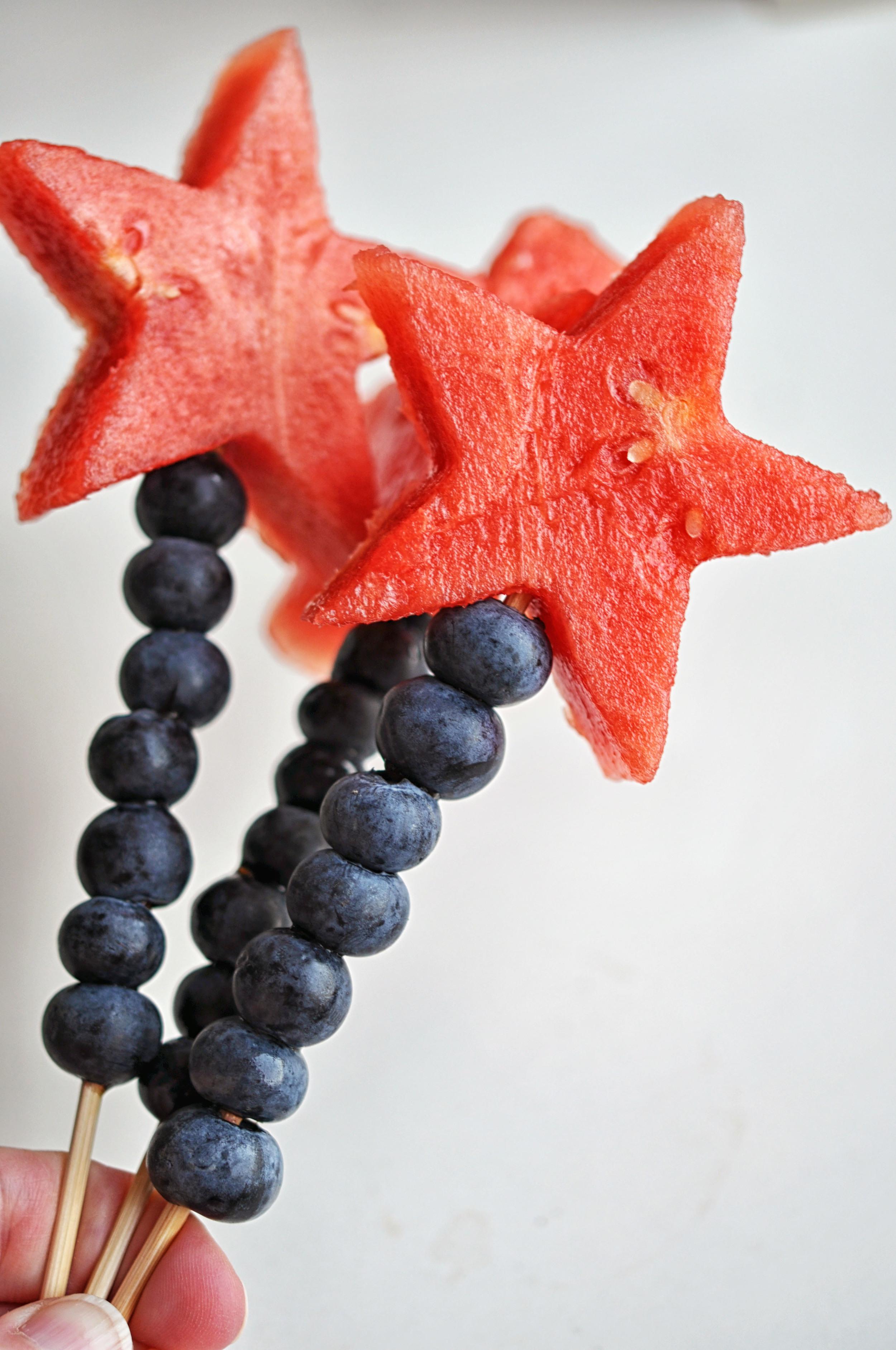 Fruktspett med blåbär och vattenmelon utskurna som stjärnor.
