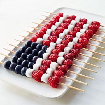 Fruktspett med hallon, blåbär och mini marshmallows.