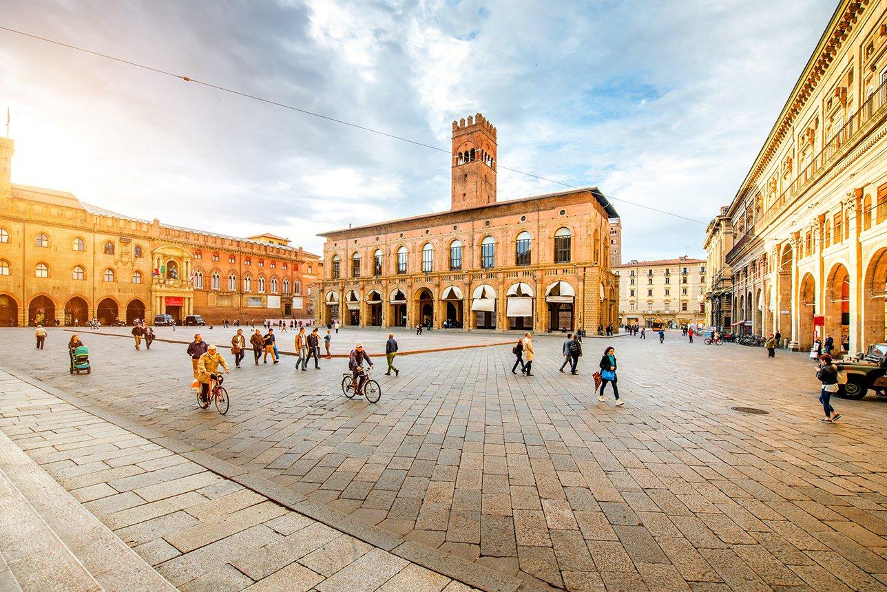 Italy-Bologna-Maggiore-square-sml.jpg