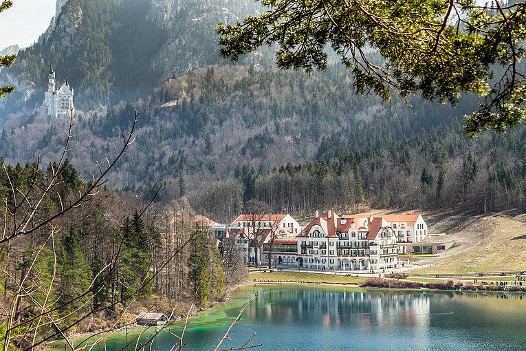csm_ameron-neuschwanstein-alpsee-resort-spa-aussenansicht-see-schloss_59d08c99f7.jpg