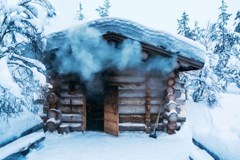 Kakslauttanen-heating-smokesauna-2.jpg