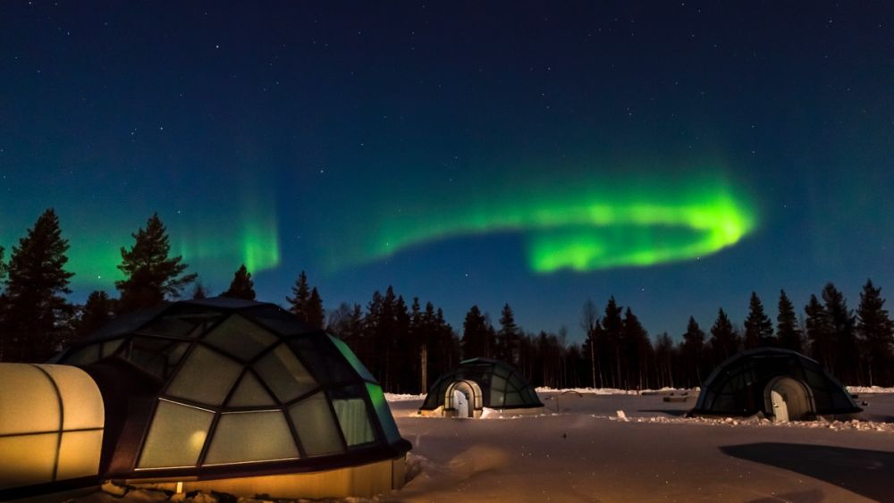 Northern-Lights-over-the-Kakslauttanen-Igloos.jpg