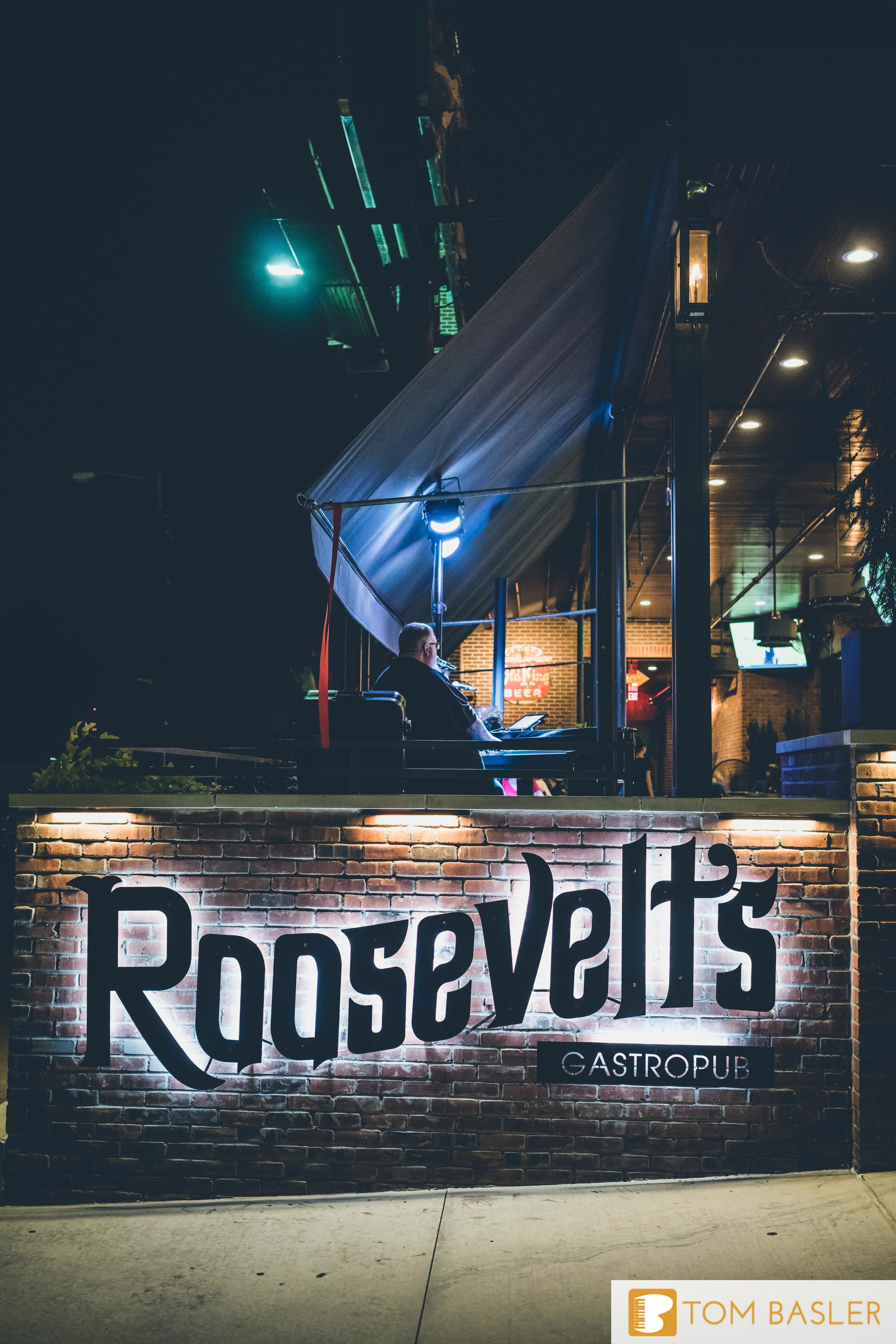Tom Basler Dueling Pianist at Roosevelt's Tulsa-10.jpg