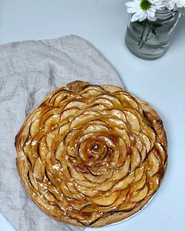 Apple tart. Whatever form they take I am a huge fan of apple tarts.  This one had a puff pastry base topped with a thick layer of Frangipane which I absolutely love. I also added a layer of apple purée just on top of the pastry for an extra hit of flavour. Topped with finely sliced pink lady apples and covered in gently heated apricot jam.  This was served with double cream and a quick butterscotch sauce made simply with butter, brown sugar and cream 💕  Let me know if you'd like the recipe and I can pop it up on the www.desertislanddishes.co website 💛