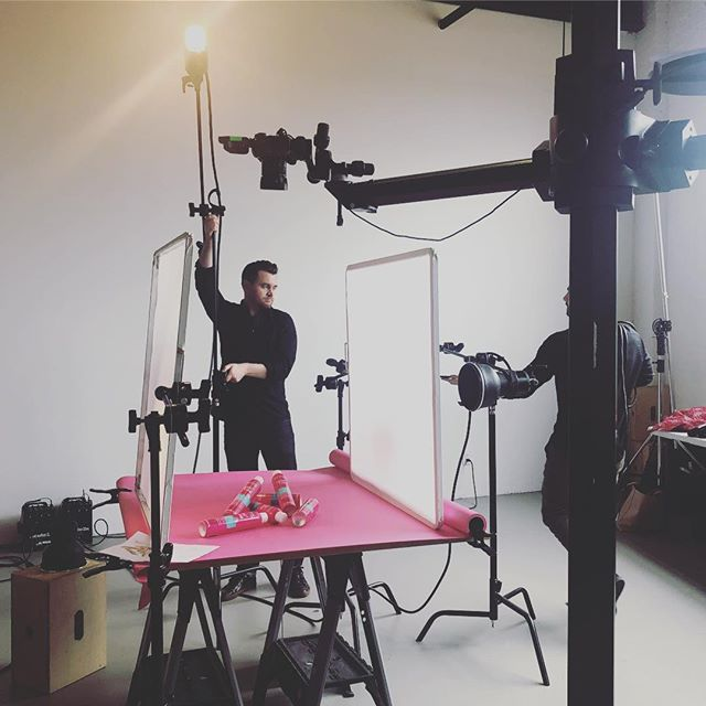 I looove shoot days! Especially with @jeffrey_carlson. His lighting is👌🏻 #stilllife #productphotography #beauty #artdirection #creativedirection #newwork #carecreative