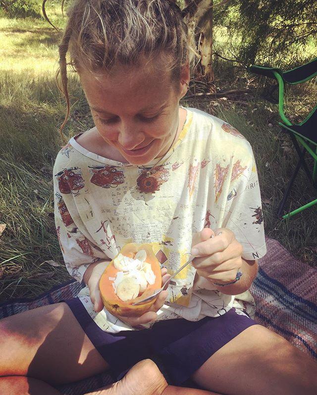 Saves washing up 😆🍑🍌 #camping #travellingyogi #fruitybreakfast #papaya #bushrat #livingthedream #happyyogi