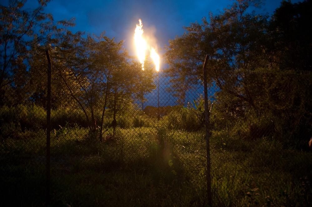 Brennende Gasflammen mitten im Amazonas auf den Territorien der indigenen Völker.