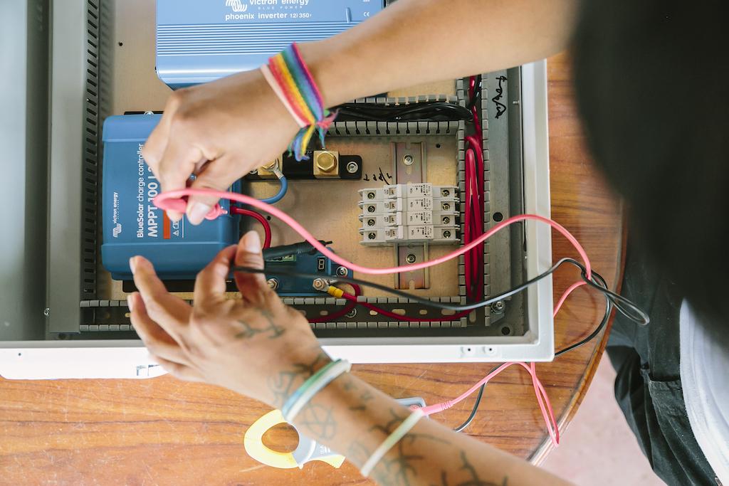 Angehender Techniker beim Verkabeln des Schaltschrankes.