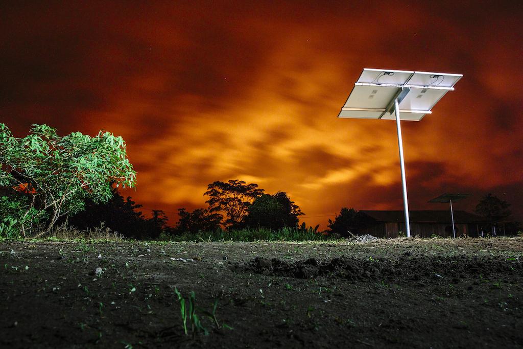 Viele Kilometer entfernte Ölfackeln tauchen den Himmel in brennendes Licht.