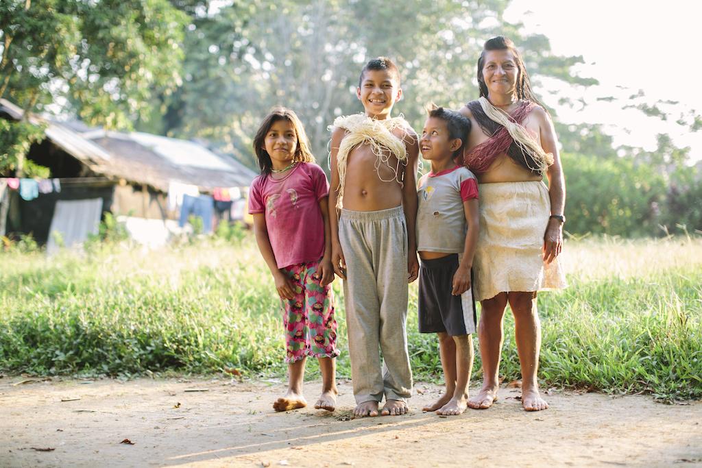 Onguime with three of her children.///Onguime mit drei ihrer Kinder.