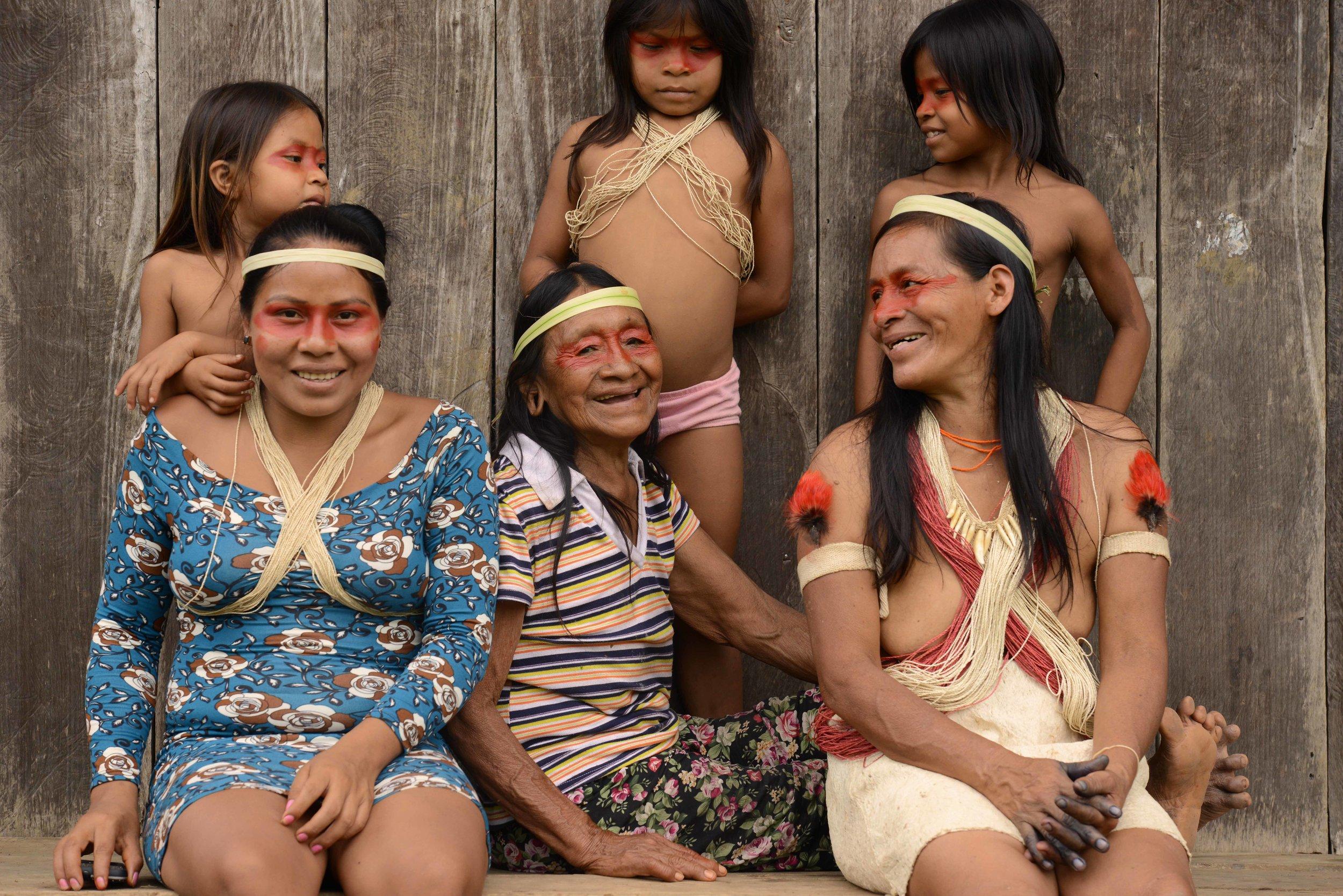 Vier Generationen einer Waorani-Familie von Acaro.