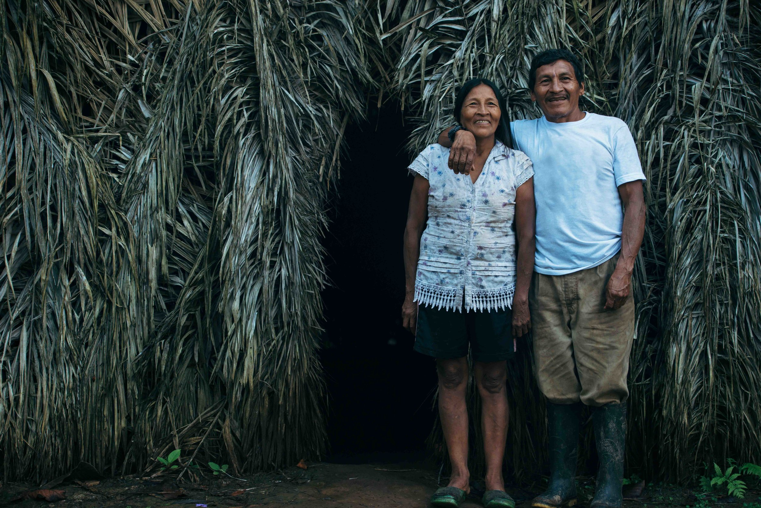 Ore with his wife in front of their house in Gomataon.///Ore mit seiner Frau vor ihrem Haus in Gomataon.