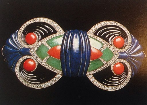 Art Deco buckle made of gold set with diamonds, lapis lazuli, jade, onyx and opal, from firm of Boucheron, Paris (1925) - By SiefkinDR (Own work) [CC BY-SA 4.0], via Wikimedia Commons