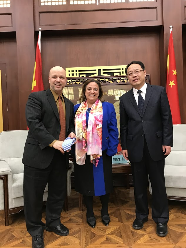 Accepting a beautiful gift from Shenyang Normal University