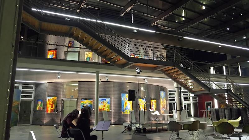 Die Ausstellung über 2 Stockwerke