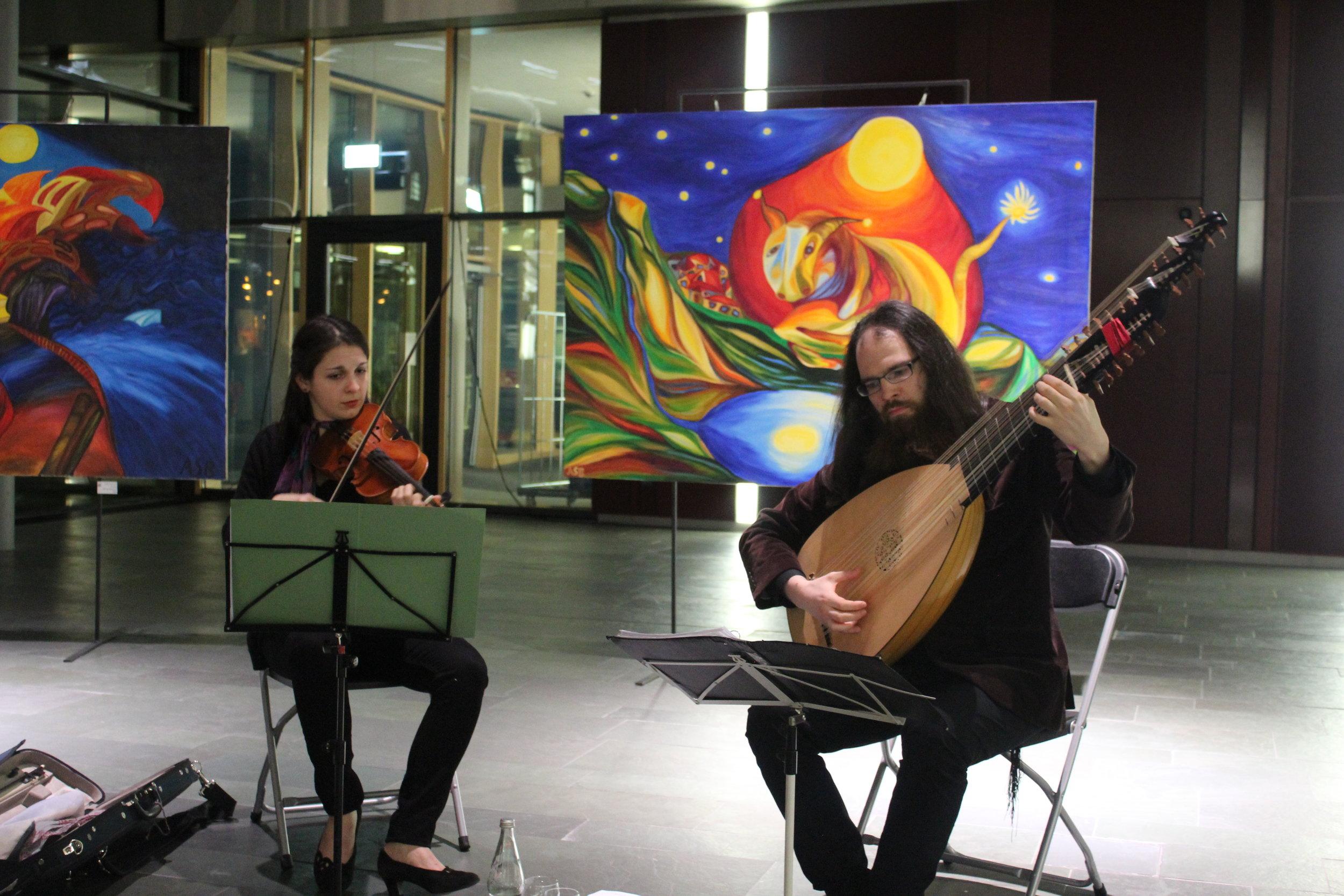 Umrahmt wurde die Veranstaltung mit sensibel vorgetragener Barockmusik durch Zeynep Coskunmeric und David Leeuwarden.