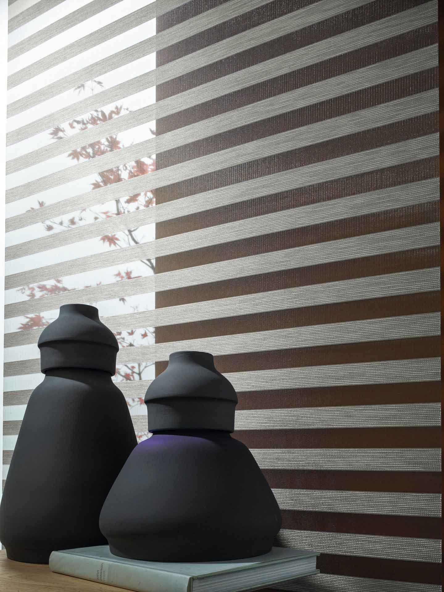 Sicht- und Sonnenschutz - Plissees sind beliebte Sicht- und Sonnenschutze für Fenster und Türen – ähnlich einem Rollo. Trotz seiner einfachen Funktionsweise erfreuen sich Plissees immer größerer Beliebtheit. Der besondere Vorteil ist, dass es sowohl nach oben als auch nach unten bewegt werden kann. Des Weiteren bieten wir Ihnen eine große Auswahl an Rollos, Jalousien und Vertikal-Lamellen.