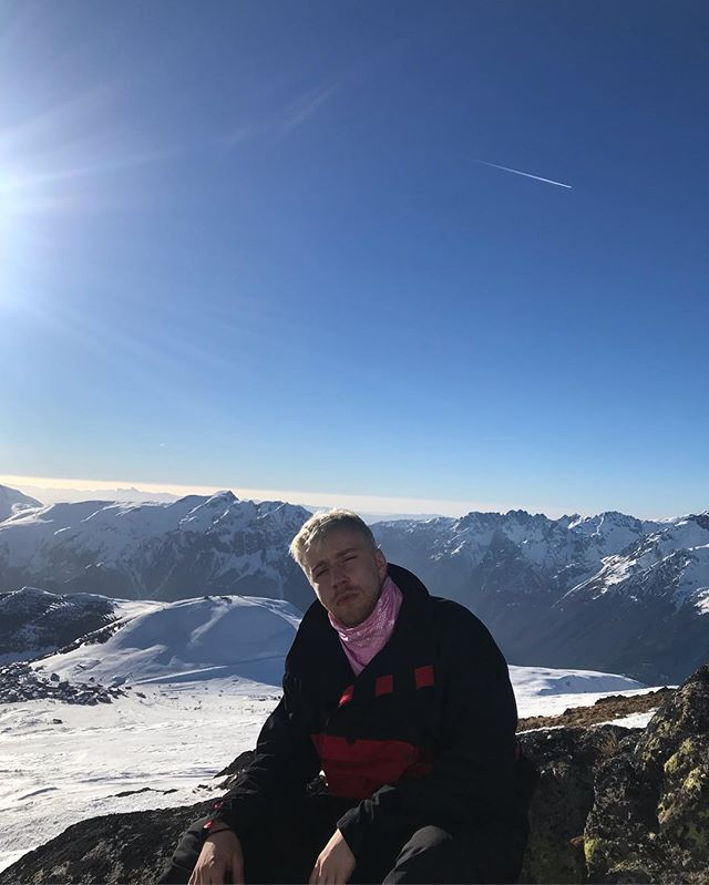 been shredding (snowballing) down these slopes ⛷🤪 _ #skiing #shredding #snowballing #mountain #alpedhuez #france #uwu #sun #cantseeshit #brightaf