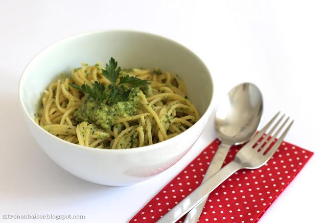 Rezept für Pasta mit vegetarischem Minz-Mandel-Pesto / Theresa Kellner