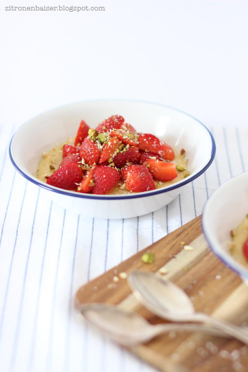 rezept-kokos-polenta-mit-erdbeeren-und-mandel-crunch-zitronenbaiser-blog.jpg