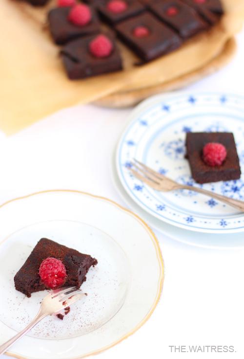 Rezept für köstliche Schokoladen-Brownies mit Himbeeren / THE.WAITRESS. Blog