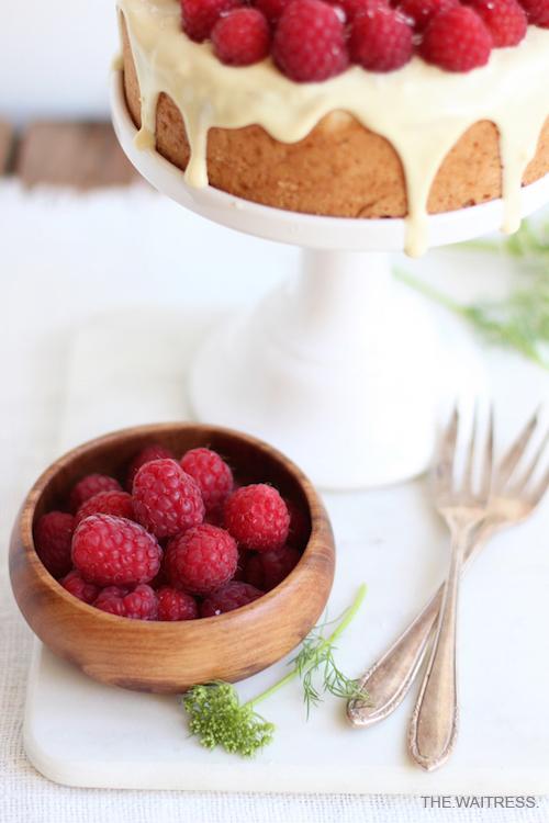 Rezept für Kokos-Kuchen mit weißer Schokolade und Himbeeren / THE.WAITRESS. Foodblog