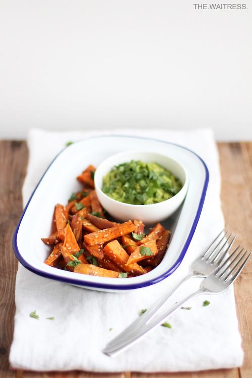 Rezept für Süßkartoffelwedges mit Garam Masala und Guacamole / THE.WAITRESS. Blog