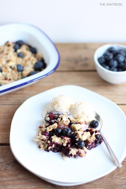 Rezept für leckeren Blaubeer-Crumble mit weißer Schokolade / THE.WAITRESS. Blog