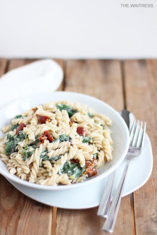 Schnelle Pasta mit Spinat, Frischkäse und getrockneten Tomaten / THE.WAITRESS.