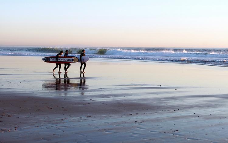 Der  Praia de Carcavelos  ist einer der besten Strände an der Küste Lissabons und bekannt für sein verlässliches Surfwetter und einen goldenen Strandsand.
