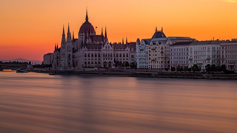 Besonders im Sommer sind Abendspaziergänge am Donau-Ufer, vorbei am eindrucksvollen Parlamentsgebäude, ein Muss!