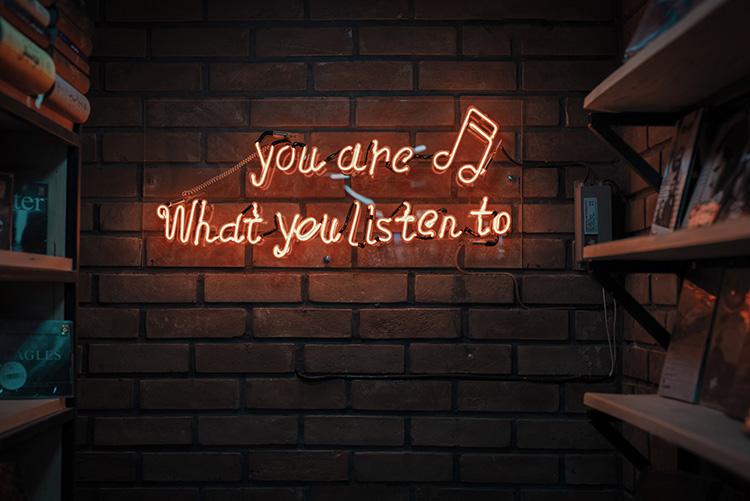 Jetzt ist zuhören angesagt! - Foto: unsplash/Mohammad Metri