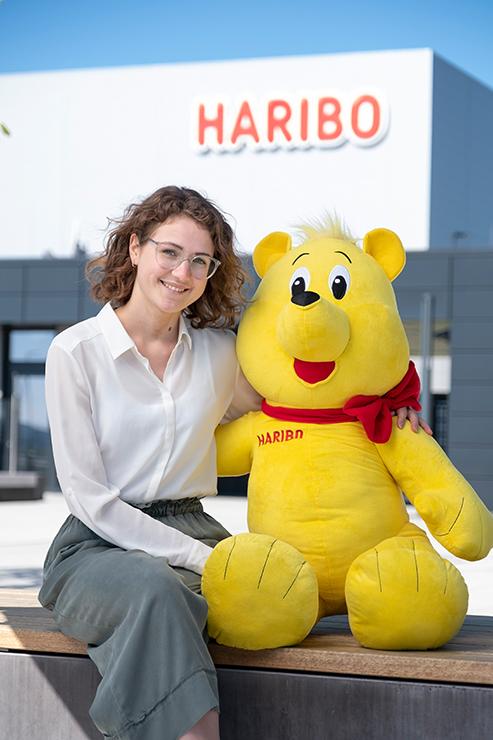 Als Produktmanagement-Trainee ist Coraline Mertens nicht nur Expertin für die berühmten Haribo-Goldbären.