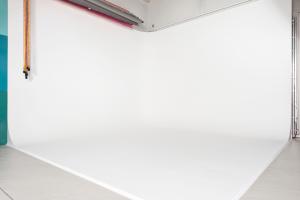 Épített dupla festett fehér cyclorama - Végtelenített háttérAlapterülete: 3,50x3,50m (keresztbe: 5m)