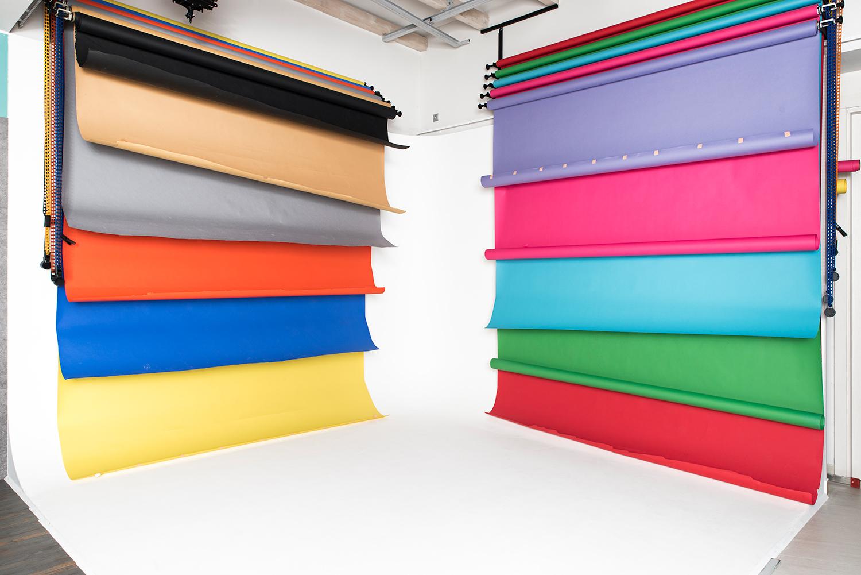 Színes papírhátterek - Jelenlegi színek:fekete, banán/bézs, szürke, mandarin, chroma kék, pitypang sárga, lila, rózsaszín, világoskék, chroma zöld, piros