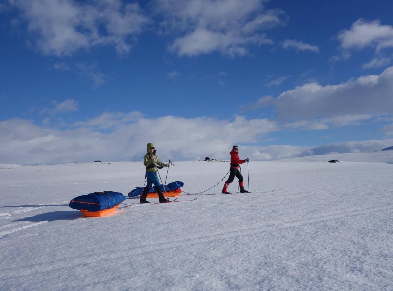 Perfekte forhold! Pulken ligger godt på snøen, og med taudrag drar du bare pulk på hvert andre, kanskje tredje stavtak. Foto: Iselin Spernes.