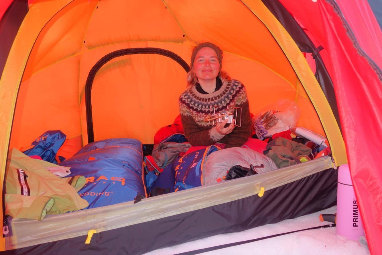Solbrent fjes i stort telt! Foto: Iselin Spernes